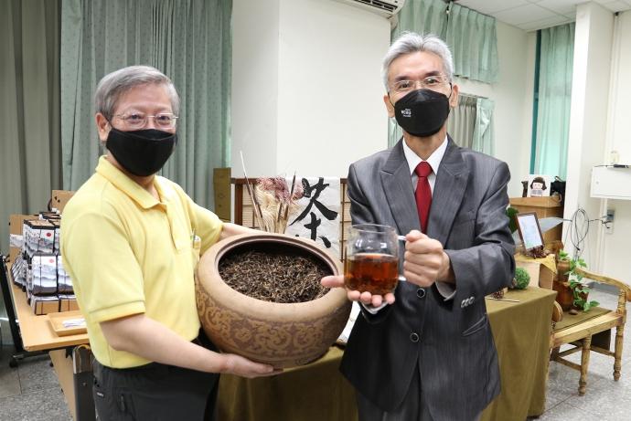 【公關組】興大製茶產學聯盟串聯產業 開發國內首創新品: (一)熷茶普洱漱口水;(二)自然農法熷茶粉