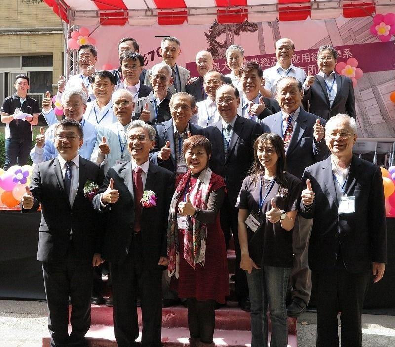【經濟日報】中興大學校長薛富盛(前排左二)、校友總會理事長蔡其昌(前排左一)及應用經濟系師長及傑出系友共同合影。