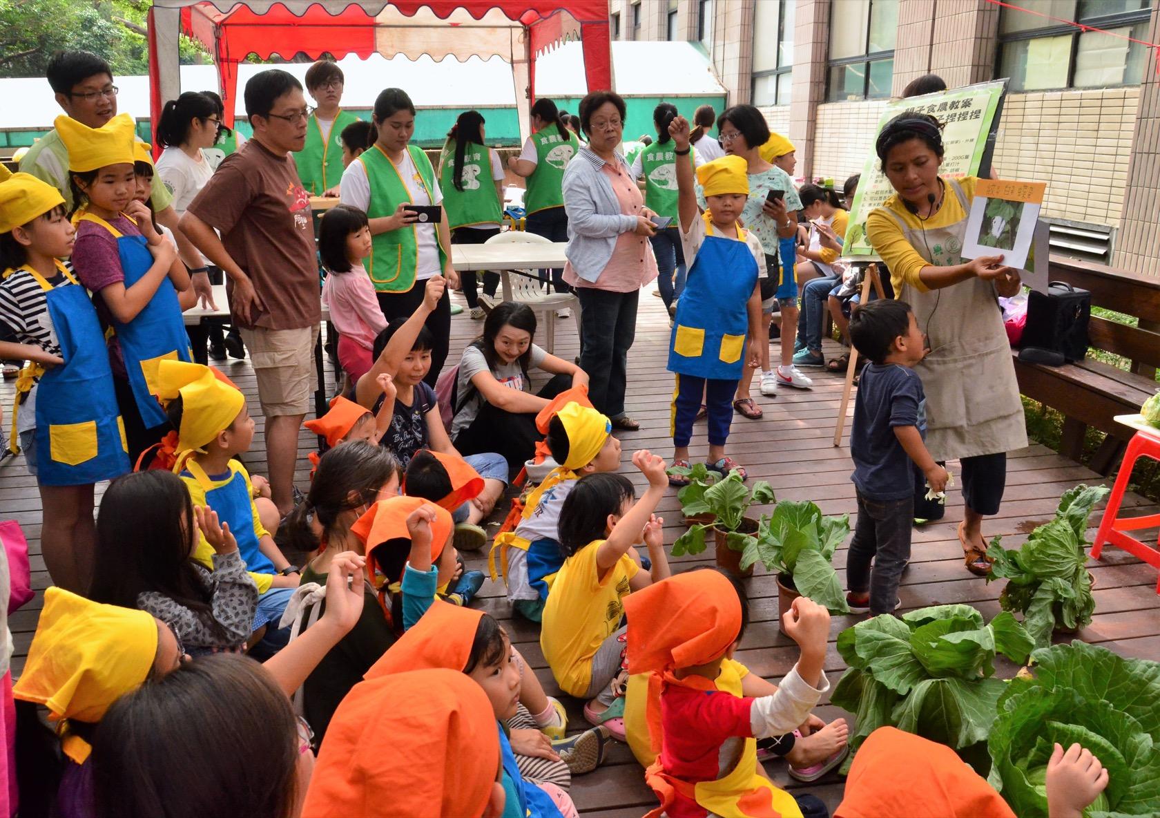 興大有機農夫市集十二週年慶,舉辦幼兒食農教育,讓幼兒與家長認識到高麗菜的成長過程。