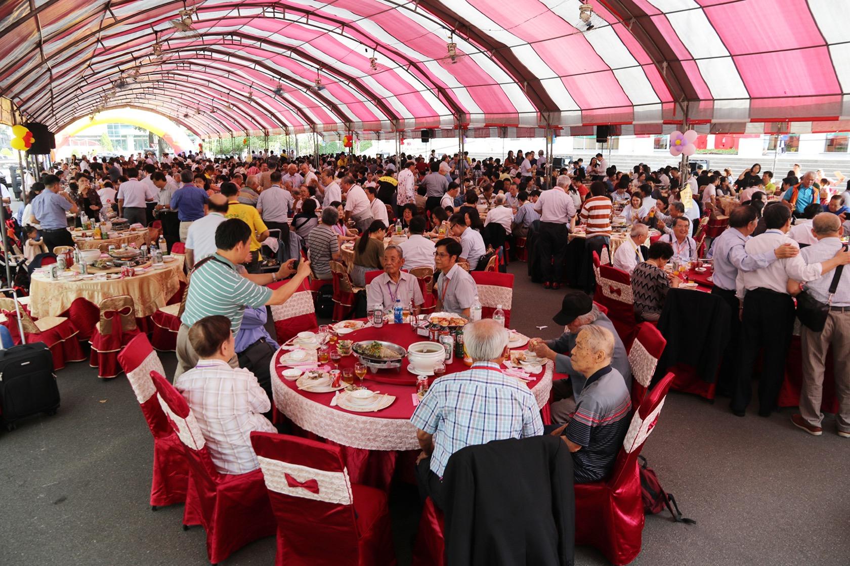 興大食生系百週年系慶及系友大會聯誼餐會席開81桌,8百多位系友共慶百年