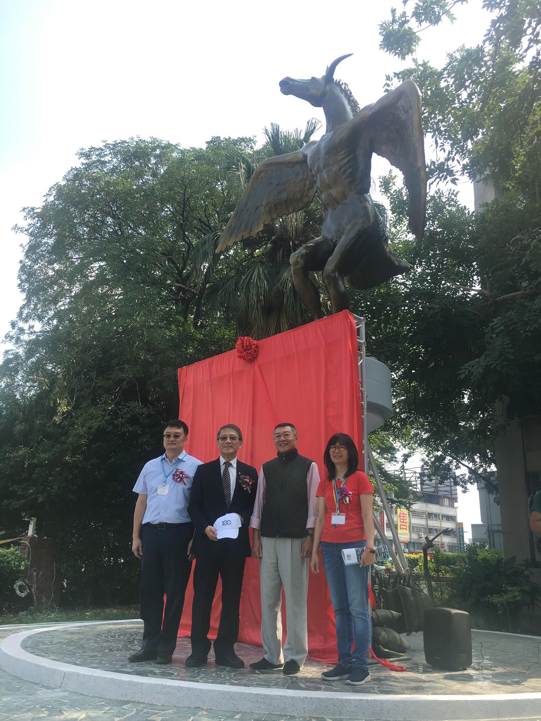 畜牧新象揭幕,左至右莊瑤芳理事長、李德財前校長、吳昆民董事長、唐品琦主任