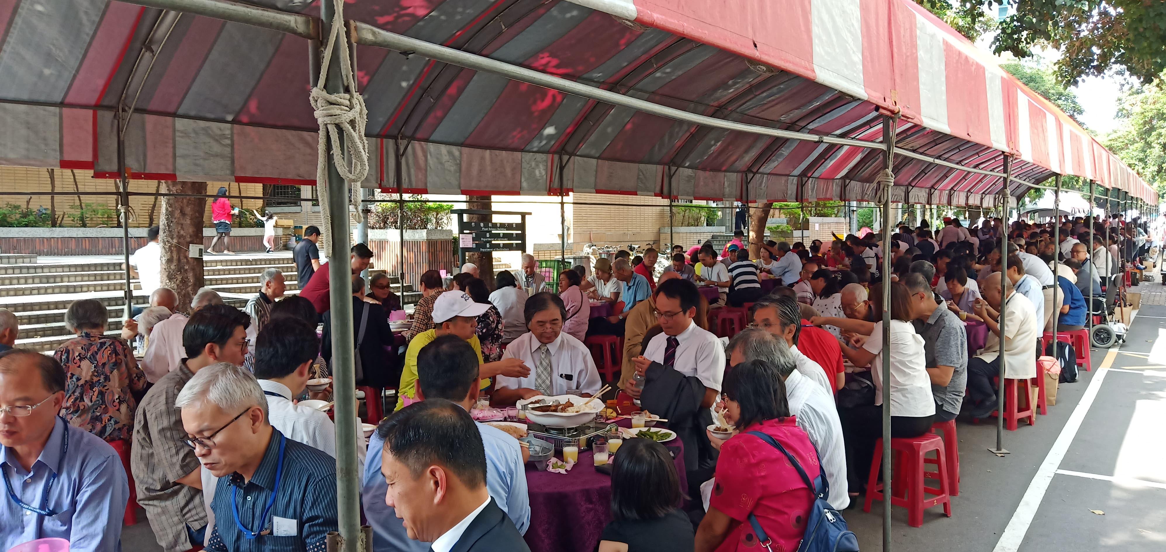 農藝系百週年系慶,在校內精勤路擺設宴席,系友們齊聚懷舊餐敘。