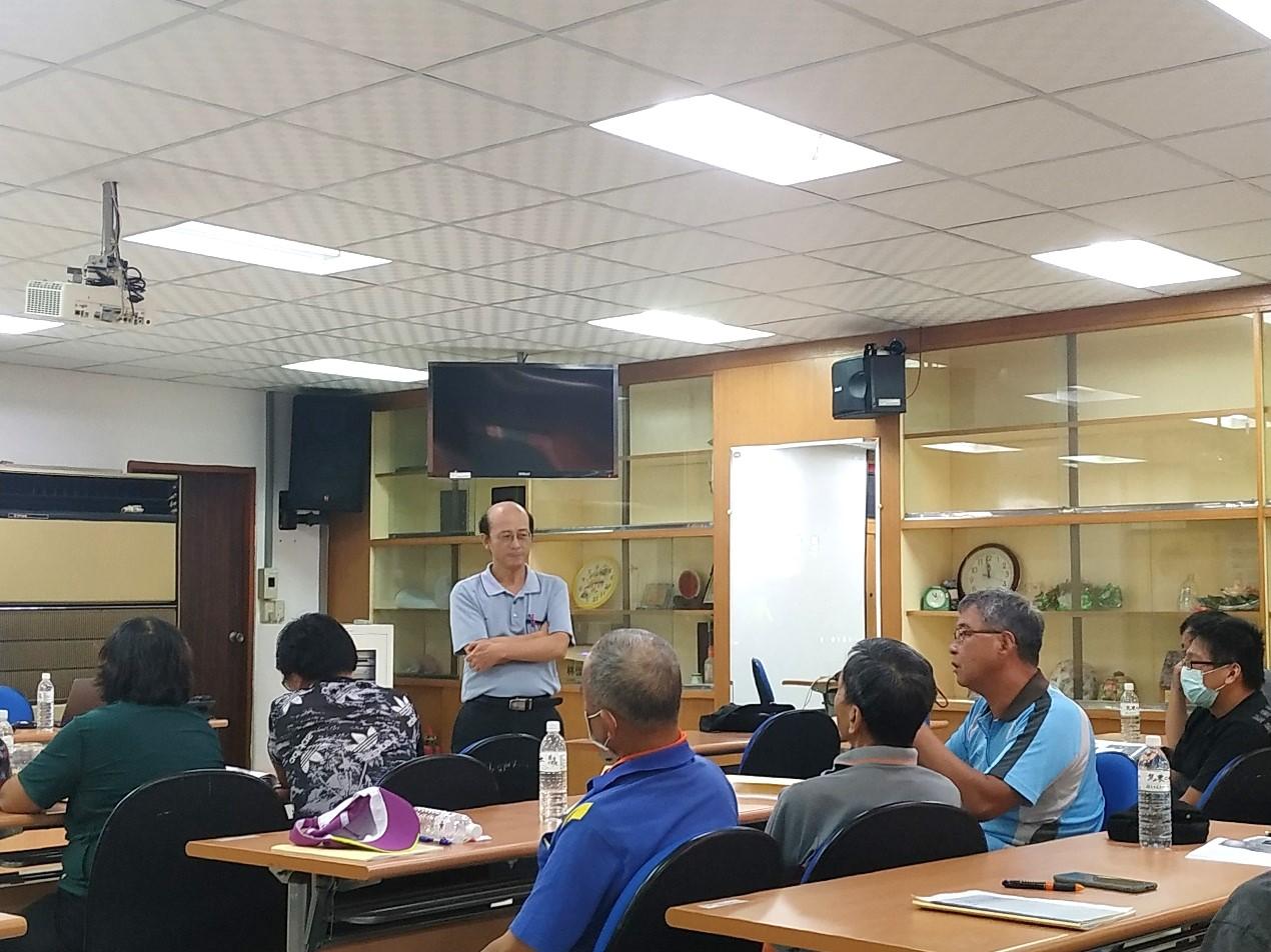 中興大學植物教學醫院駐診醫師吳正宗老師教導次要及微量元素施用要領,過程中與農友討論熱烈。