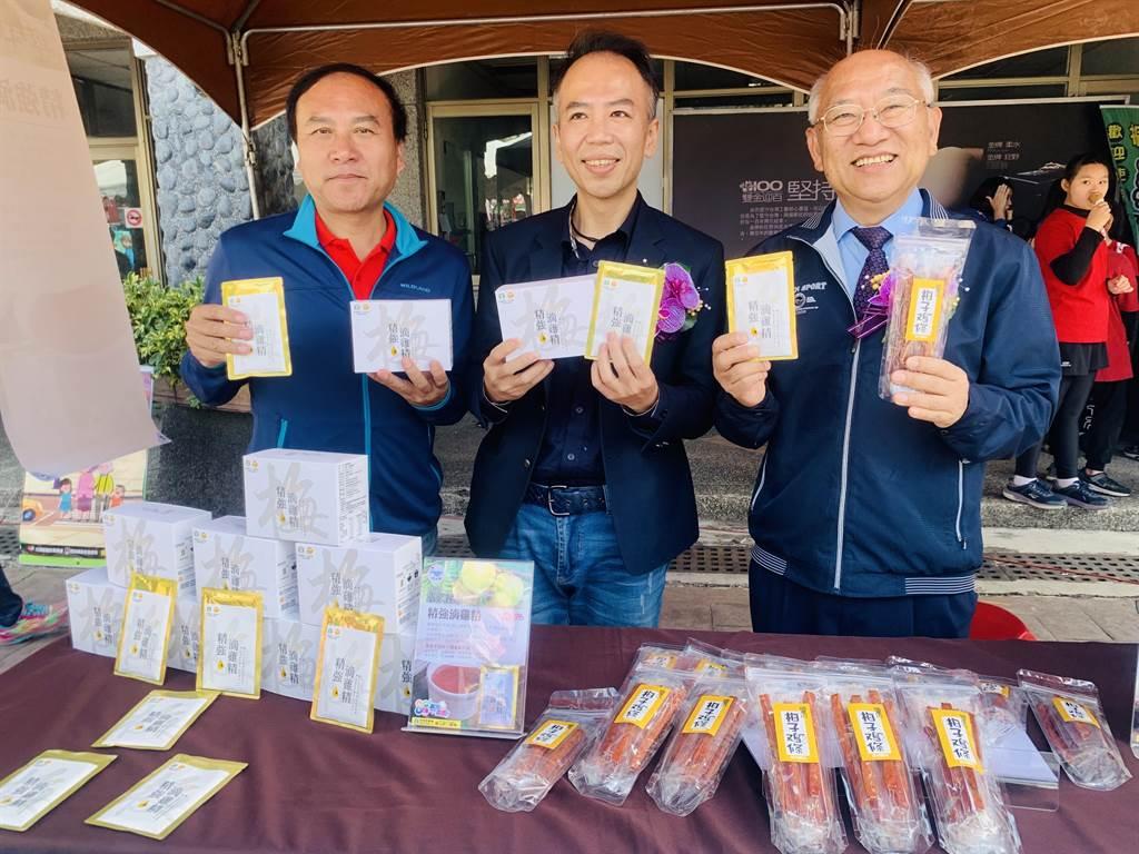 信義鄉農會與國立中興大學合作,推出新產品梅子雞條和精強滴雞精。(廖志晃攝)
