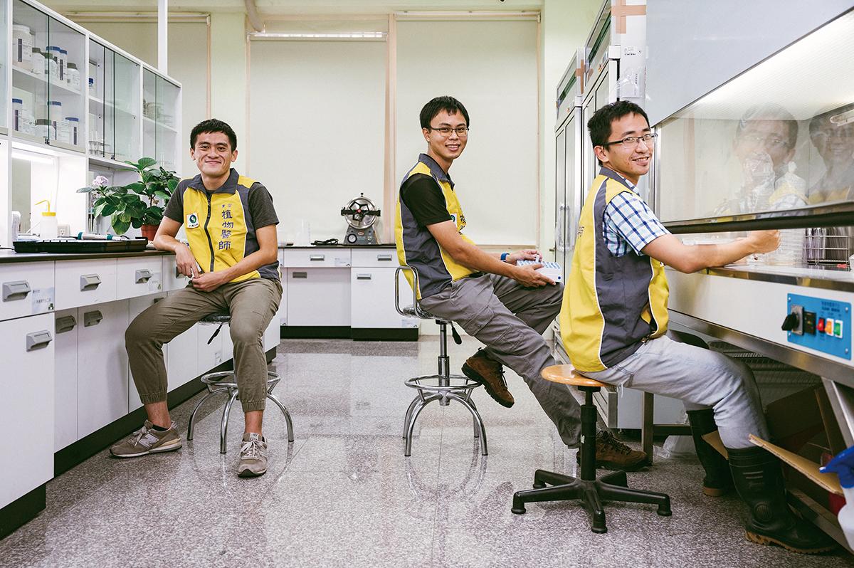 興大植物教學醫院目興大植物教學醫院目前有三名儲備植物醫師,左起為馮昶鈞、吳宗澤、吳志恩。