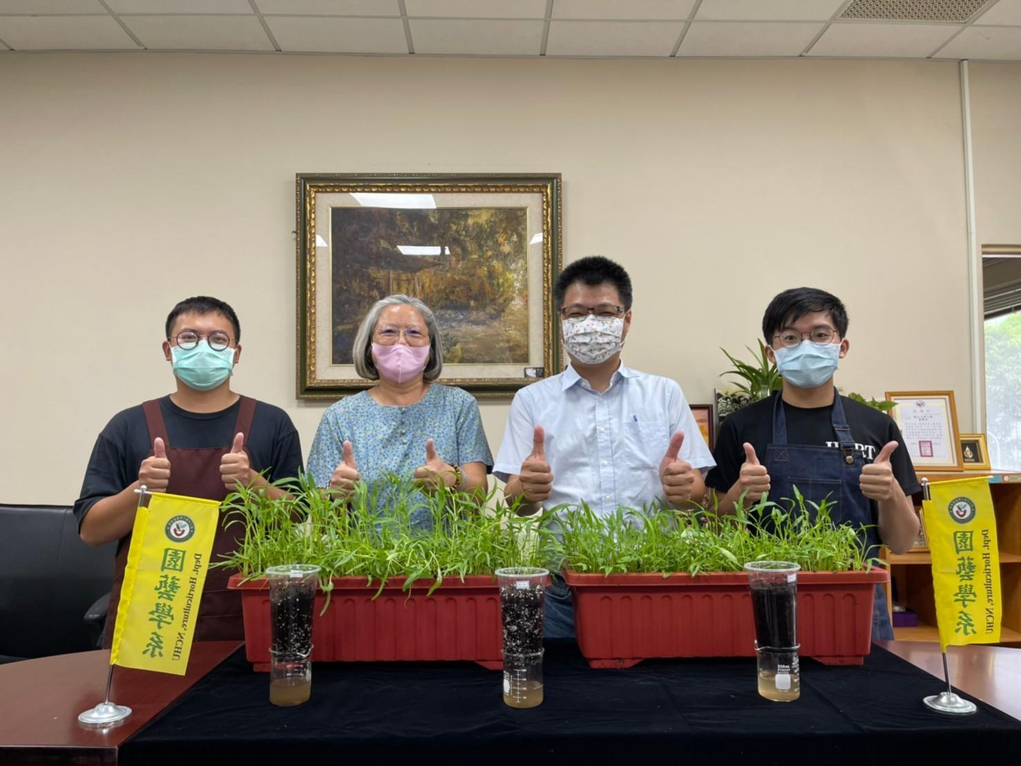 中興大學園藝系吳振發主任(右2)、宋妤教授(左2)線上開課教民眾種菜