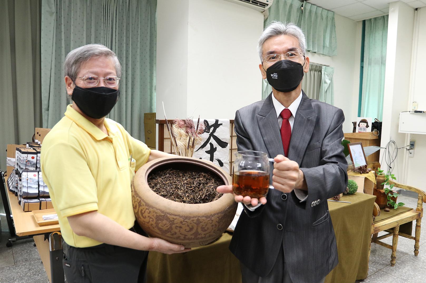 興大生物科技學研究所曾志正教授(左)實驗證實普洱茶具有防蛀牙的作用,成果將於10月刊登國際期刊,並與業者成功開發新品,興大校長薛富盛(右)出席發表會。