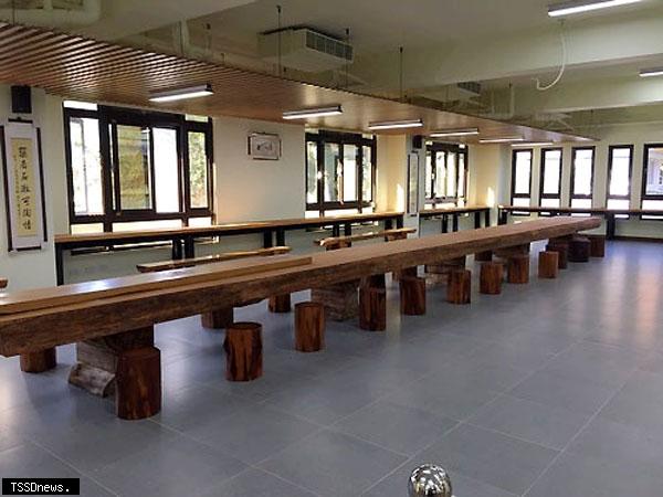 樹齡約三百年的台灣肖楠原木桌,長達十二公尺相當壯觀。