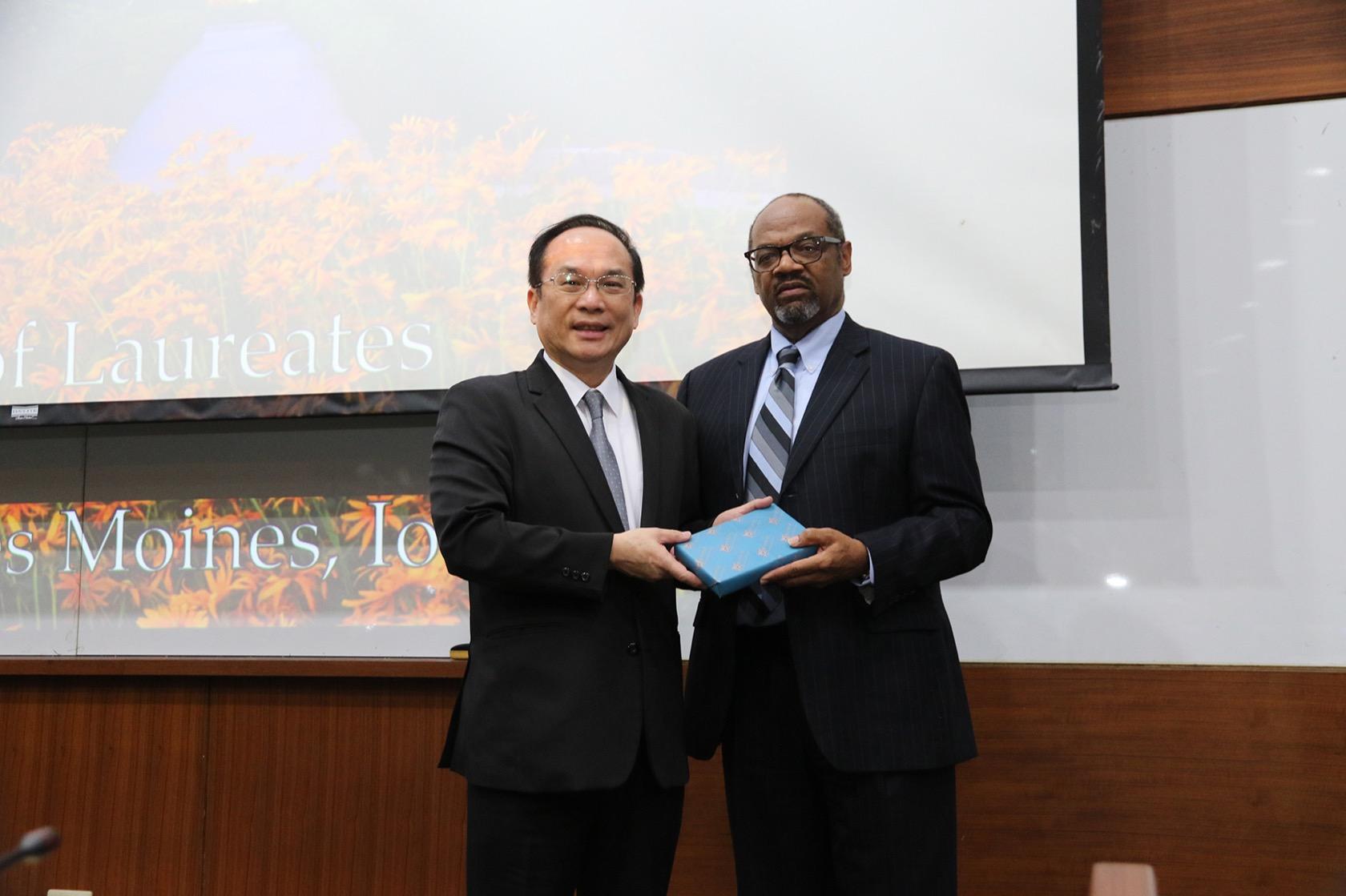 興大副校長楊長賢(左)致贈紀念品給德州農工布勞格國際農業研究機構財務運作與對外關係副主任Eric M. Bost