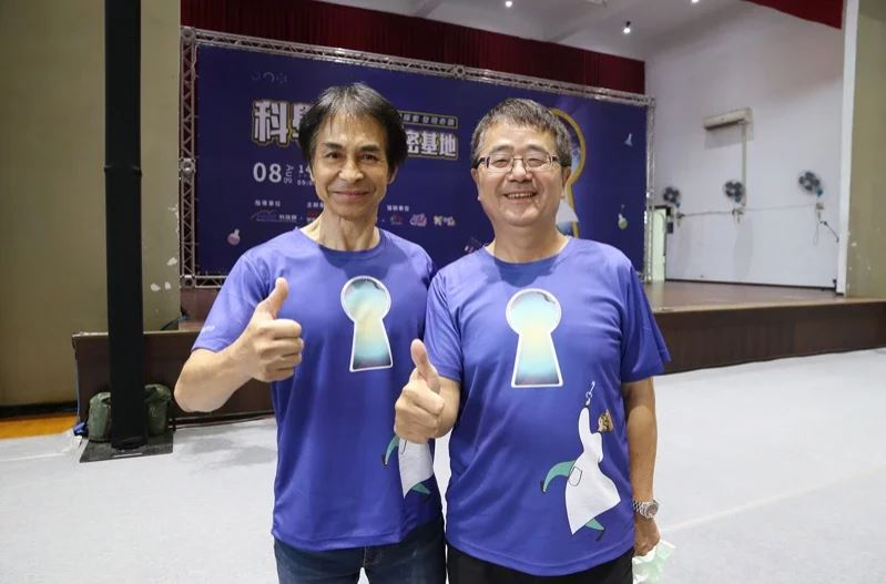 國家太空中心主任林俊良(左)與興大農資學院詹富智合作送台灣種子上太空。圖/中興大學提供