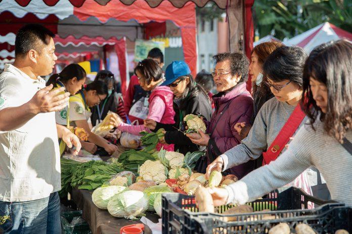 透過不同方式讓消費者了解有機,培養消費者回到市集親自挑選、採買農產品。(攝影/謝佩穎)
