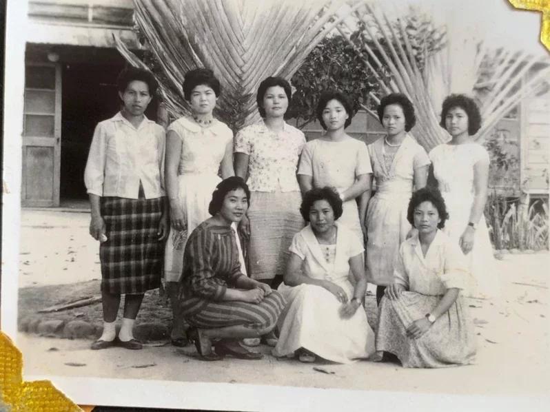 約60年前的老照片可看出旅人蕉是種在臺南演習林事務所及職員宿舍前,當年樹木還小,但很新奇 ,很多人都會在旅人蕉前拍照。圖/余萬菊提供