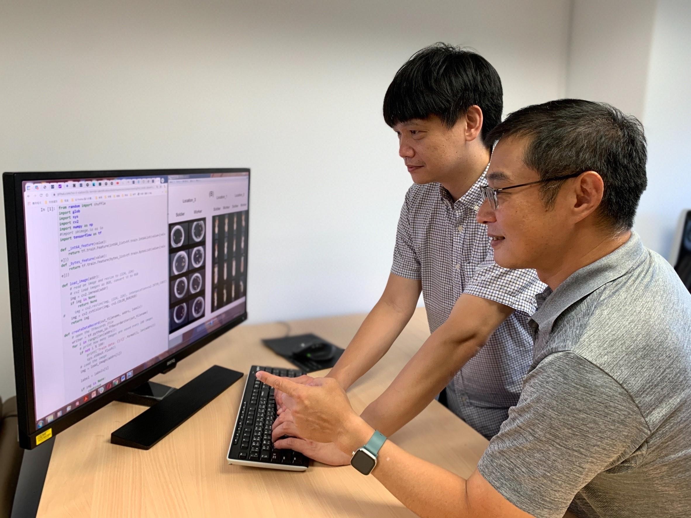 中研院資訊所蔡懷寬研究員(右)與黃佳欣博士(左)